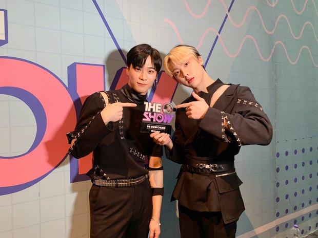 Nghệ sĩ Kpop lần đầu giành cúp trong năm 2020: Boygroup nhà SM sau 4 năm mới chiến thắng, tân binh ngang ngược vừa debut đã ẵm cúp - Ảnh 10.