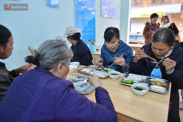 """Quán cơm đặc biệt 2 nghìn đồng ở Hà Nội: """"Mời cô, dì, chú, bác vào ăn cơm - Ảnh 7."""