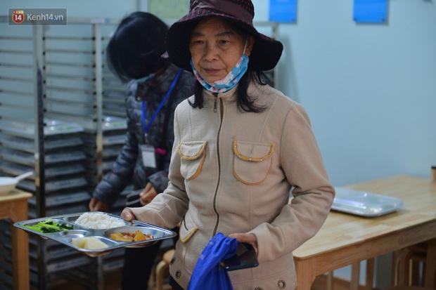 """Quán cơm đặc biệt 2 nghìn đồng ở Hà Nội: """"Mời cô, dì, chú, bác vào ăn cơm - Ảnh 8."""