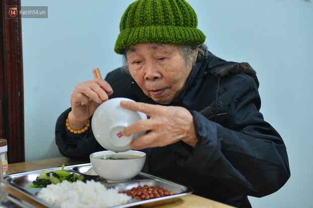 """Quán cơm đặc biệt 2 nghìn đồng ở Hà Nội: """"Mời cô, dì, chú, bác vào ăn cơm - Ảnh 13."""