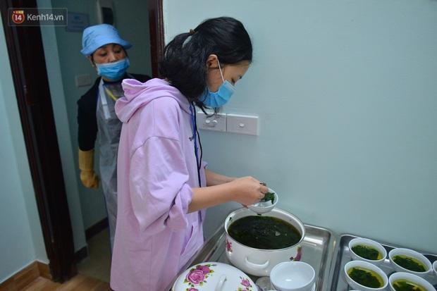 """Quán cơm đặc biệt 2 nghìn đồng ở Hà Nội: """"Mời cô, dì, chú, bác vào ăn cơm - Ảnh 16."""