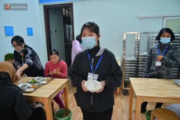 """Quán cơm đặc biệt 2 nghìn đồng ở Hà Nội: """"Mời cô, dì, chú, bác vào ăn cơm - Ảnh 17."""