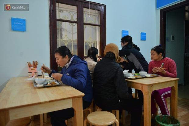 """Quán cơm đặc biệt 2 nghìn đồng ở Hà Nội: """"Mời cô, dì, chú, bác vào ăn cơm - Ảnh 15."""