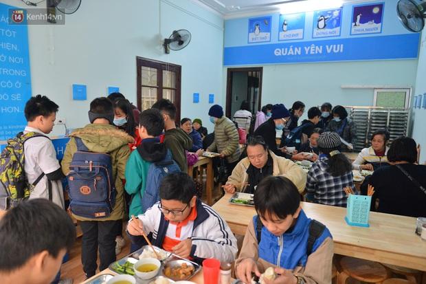 """Quán cơm đặc biệt 2 nghìn đồng ở Hà Nội: """"Mời cô, dì, chú, bác vào ăn cơm - Ảnh 18."""