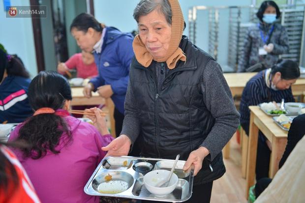 """Quán cơm đặc biệt 2 nghìn đồng ở Hà Nội: """"Mời cô, dì, chú, bác vào ăn cơm - Ảnh 21."""