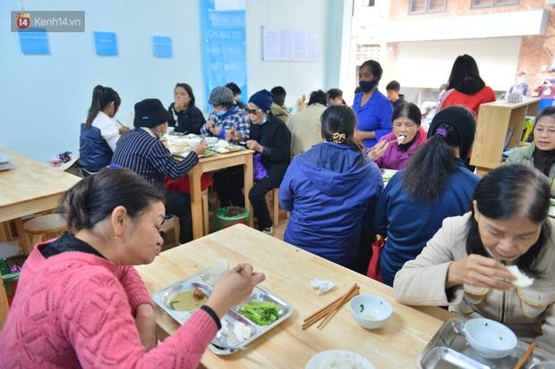 """Quán cơm đặc biệt 2 nghìn đồng ở Hà Nội: """"Mời cô, dì, chú, bác vào ăn cơm - Ảnh 3."""
