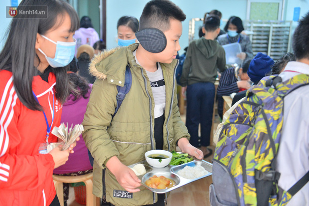 """Quán cơm đặc biệt 2 nghìn đồng ở Hà Nội: """"Mời cô, dì, chú, bác vào ăn cơm - Ảnh 19."""