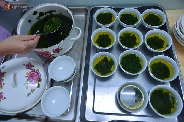 """Quán cơm đặc biệt 2 nghìn đồng ở Hà Nội: """"Mời cô, dì, chú, bác vào ăn cơm - Ảnh 14."""