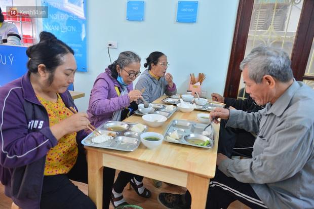 """Quán cơm đặc biệt 2 nghìn đồng ở Hà Nội: """"Mời cô, dì, chú, bác vào ăn cơm - Ảnh 12."""