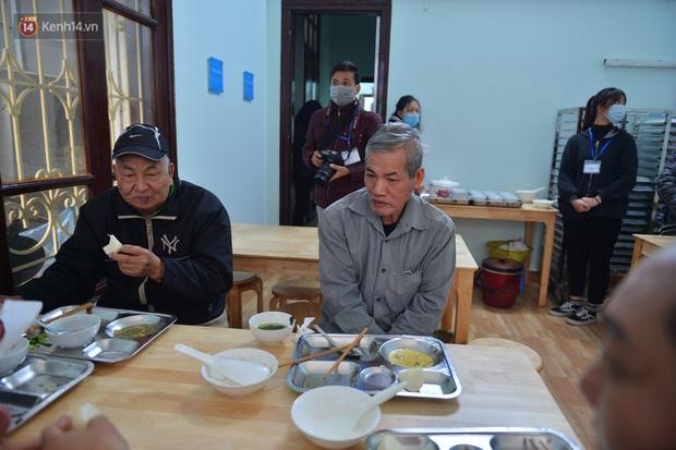 """Quán cơm đặc biệt 2 nghìn đồng ở Hà Nội: """"Mời cô, dì, chú, bác vào ăn cơm - Ảnh 10."""
