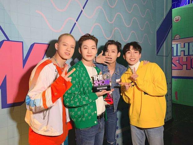 Nghệ sĩ Kpop lần đầu giành cúp trong năm 2020: Boygroup nhà SM sau 4 năm mới chiến thắng, tân binh ngang ngược vừa debut đã ẵm cúp - Ảnh 13.