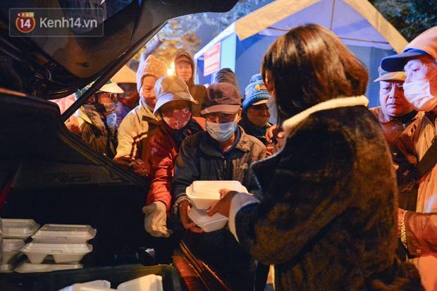 Cảm động những suất cơm 0 đồng trao tặng người vô gia cư giữa đêm đông giá rét ở Hà Nội - Ảnh 3.