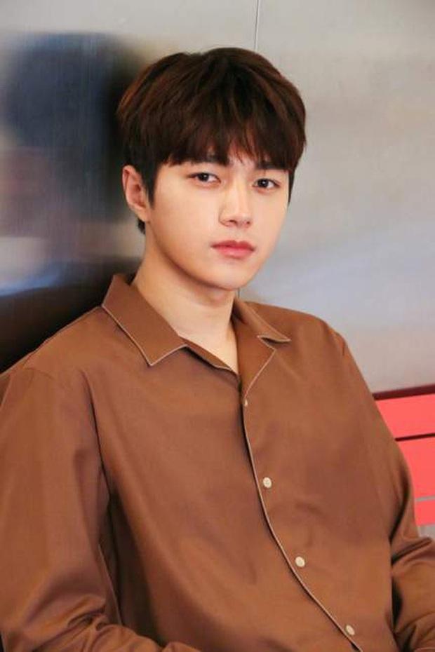 """Nam thần đẹp trai nhất Kpop 1 thời bỗng hot lại sau 1 đêm nhờ màn thoát xác, khoe body 6 múi """"xịt máu mũi"""" trong phim mới - Ảnh 7."""