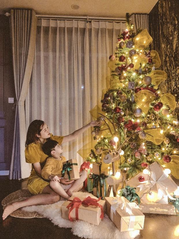 Mẹ đảm trang hoàng nhà Noel sang và xinh lung linh nhưng nhan sắc của cậu con trai đã chiếm hết spotlight, dân tình thi nhau thả tim - Ảnh 4.