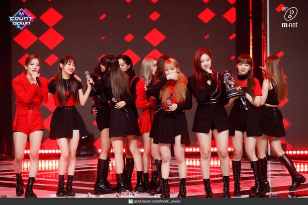 Nghệ sĩ Kpop lần đầu giành cúp trong năm 2020: Boygroup nhà SM sau 4 năm mới chiến thắng, tân binh ngang ngược vừa debut đã ẵm cúp - Ảnh 1.