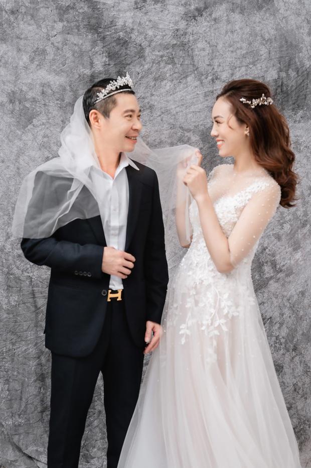 """Trọn bộ ảnh cưới của NS Công Lý và bạn gái kém 15 tuổi: Cô dâu nhan sắc rạng ngời, """"Cô Đẩu"""" tạo dáng cực lầy - Ảnh 7."""