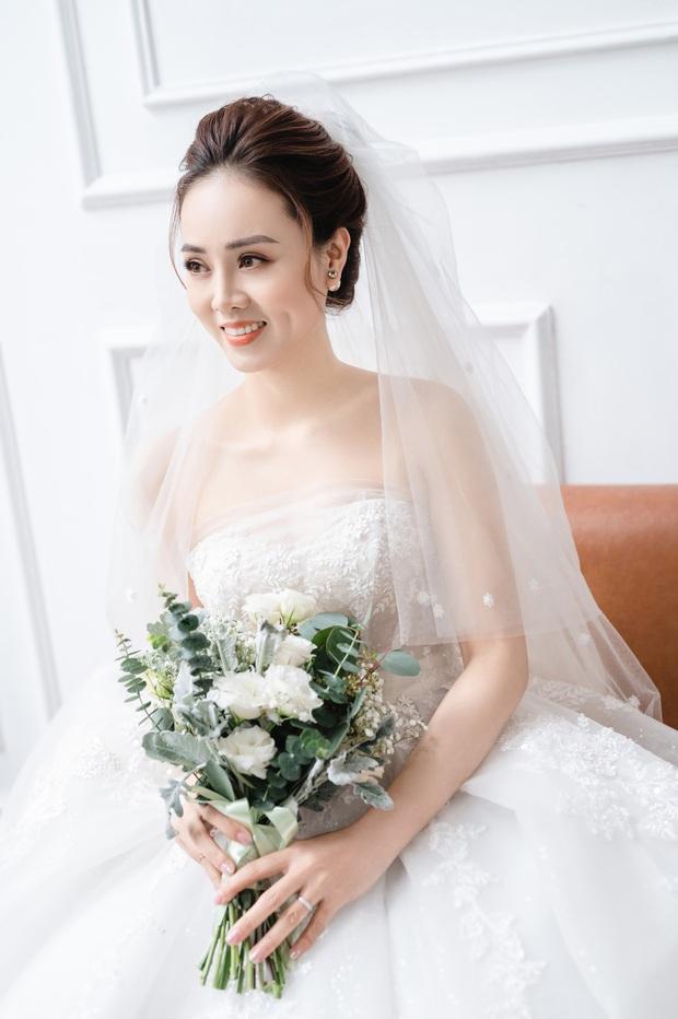 """Trọn bộ ảnh cưới của NS Công Lý và bạn gái kém 15 tuổi: Cô dâu nhan sắc rạng ngời, """"Cô Đẩu"""" tạo dáng cực lầy - Ảnh 9."""