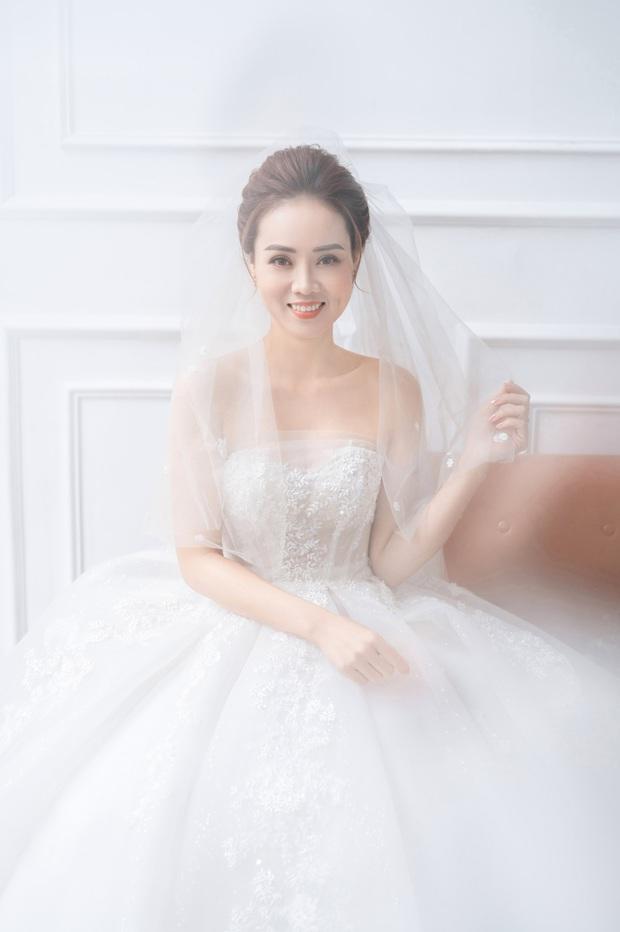 """Trọn bộ ảnh cưới của NS Công Lý và bạn gái kém 15 tuổi: Cô dâu nhan sắc rạng ngời, """"Cô Đẩu"""" tạo dáng cực lầy - Ảnh 10."""
