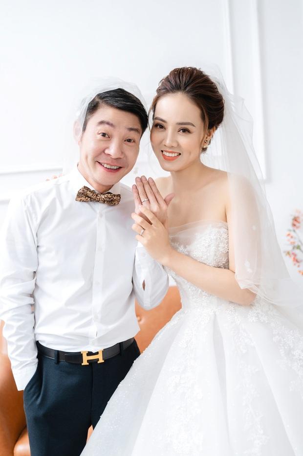 """Trọn bộ ảnh cưới của NS Công Lý và bạn gái kém 15 tuổi: Cô dâu nhan sắc rạng ngời, """"Cô Đẩu"""" tạo dáng cực lầy - Ảnh 2."""