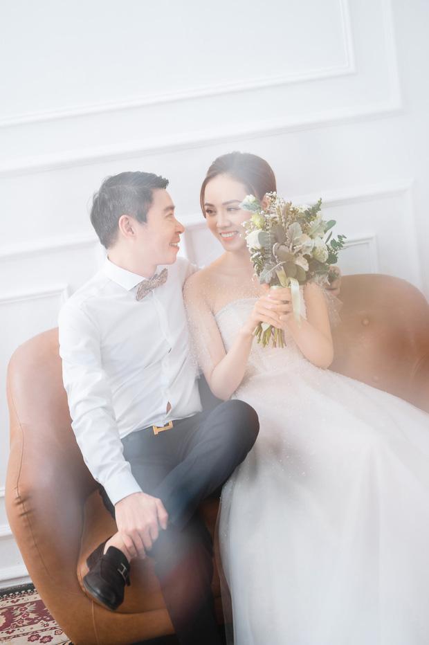 """Trọn bộ ảnh cưới của NS Công Lý và bạn gái kém 15 tuổi: Cô dâu nhan sắc rạng ngời, """"Cô Đẩu"""" tạo dáng cực lầy - Ảnh 3."""