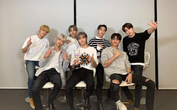 Nghệ sĩ Kpop lần đầu giành cúp trong năm 2020: Boygroup nhà SM sau 4 năm mới chiến thắng, tân binh ngang ngược vừa debut đã ẵm cúp - Ảnh 2.
