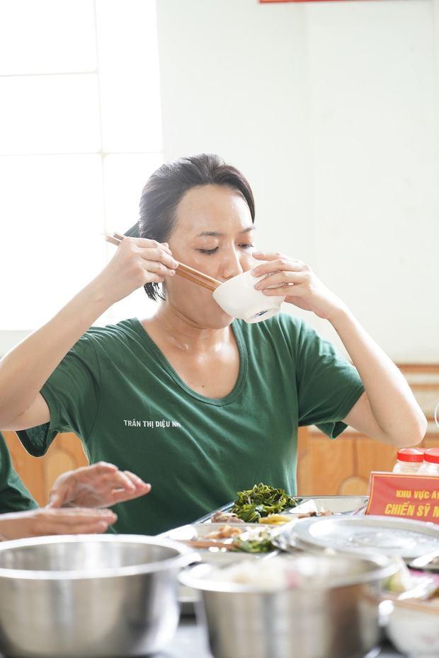 Chùm ảnh ăn uống của 6 nữ nhân Sao Nhập Ngũ: Diệu Nhi đánh chén say mê, Khánh Vân khổ sở vì niềng răng - Ảnh 1.
