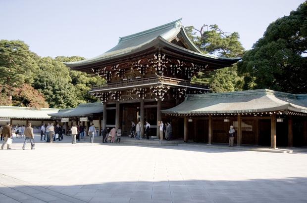 Dịch Covid-19 nghiêm trọng, Nhật Bản đóng cửa đền thờ, dừng tàu điện đêm Giao thừa - Ảnh 1.