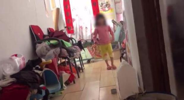 Thuê phòng nhưng không trả tiền suốt 2 năm, đến một ngày chủ nhà phát hiện tiếng trẻ con phát ra thì bí ẩn đau lòng cũng được hé mở - Ảnh 4.