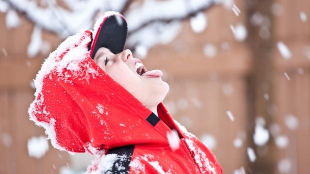 Cô gái gây sốc khi xúc tuyết ngoài đường vào nhà ngồi ăn ngon lành, dân mạng thắc mắc: Ăn vào rồi có bị gì không? - Ảnh 2.