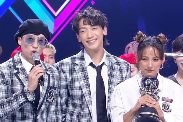 Nghệ sĩ Kpop lần đầu giành cúp trong năm 2020: Boygroup nhà SM sau 4 năm mới chiến thắng, tân binh ngang ngược vừa debut đã ẵm cúp - Ảnh 12.