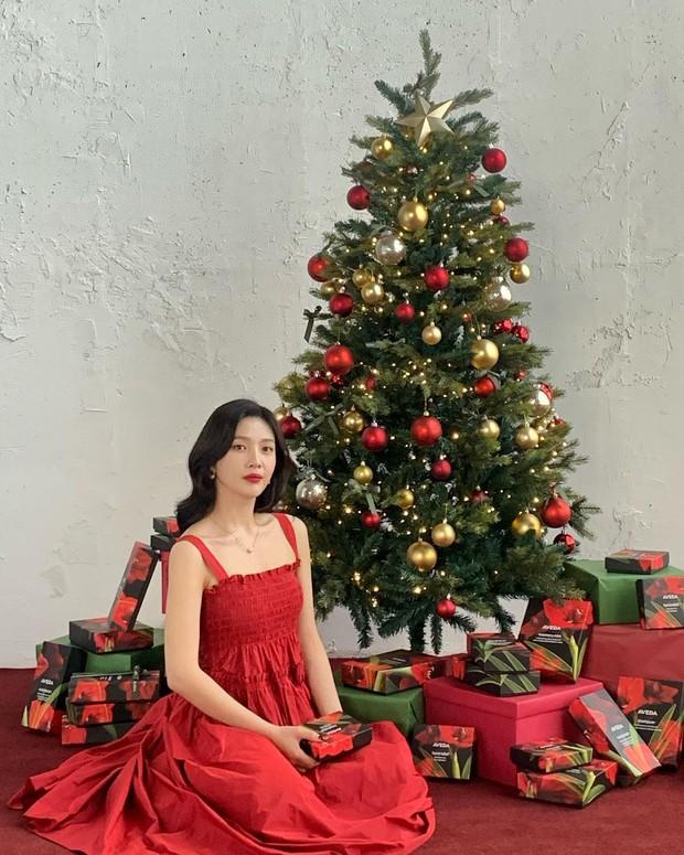 Style đón Giáng sinh đơn giản mà xinh xắn của sao Hàn, các nàng học được khối chiêu mặc đẹp đi chơi lễ - Ảnh 5.