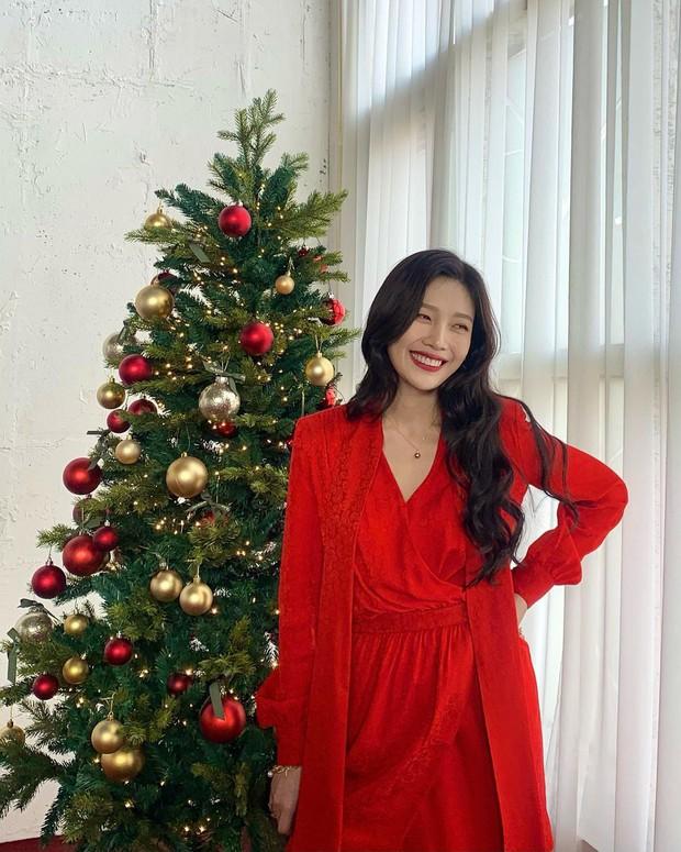 Style đón Giáng sinh đơn giản mà xinh xắn của sao Hàn, các nàng học được khối chiêu mặc đẹp đi chơi lễ - Ảnh 4.