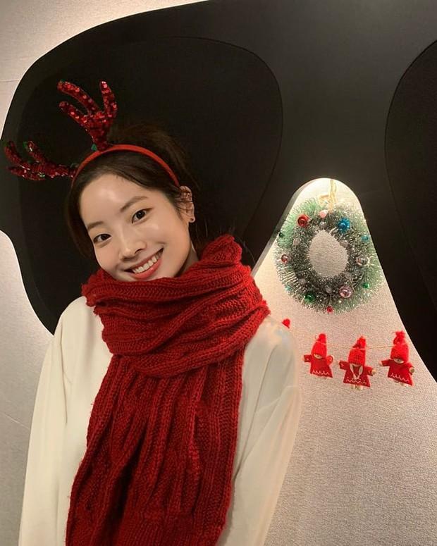 Style đón Giáng sinh đơn giản mà xinh xắn của sao Hàn, các nàng học được khối chiêu mặc đẹp đi chơi lễ - Ảnh 3.