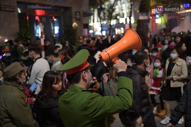Hà Nội: Công an lập chốt yêu cầu người dân đeo khẩu trang khi vào khu vực Nhà thờ Lớn - Ảnh 8.
