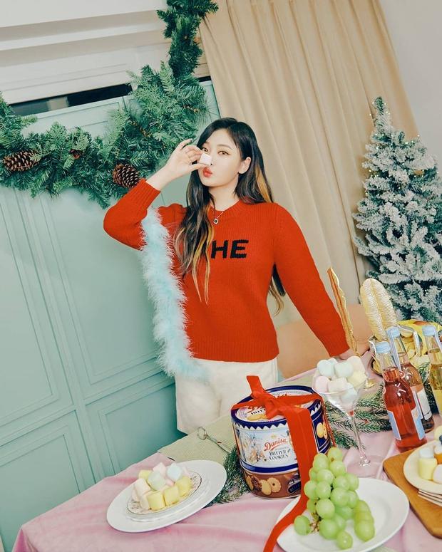 Style đón Giáng sinh đơn giản mà xinh xắn của sao Hàn, các nàng học được khối chiêu mặc đẹp đi chơi lễ - Ảnh 10.