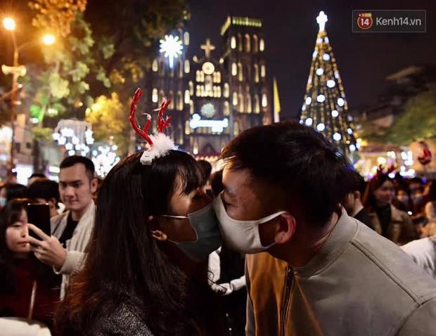 Hà Nội: Công an lập chốt yêu cầu người dân đeo khẩu trang khi vào khu vực Nhà thờ Lớn - Ảnh 9.