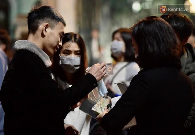Hà Nội: Công an lập chốt yêu cầu người dân đeo khẩu trang khi vào khu vực Nhà thờ Lớn - Ảnh 10.