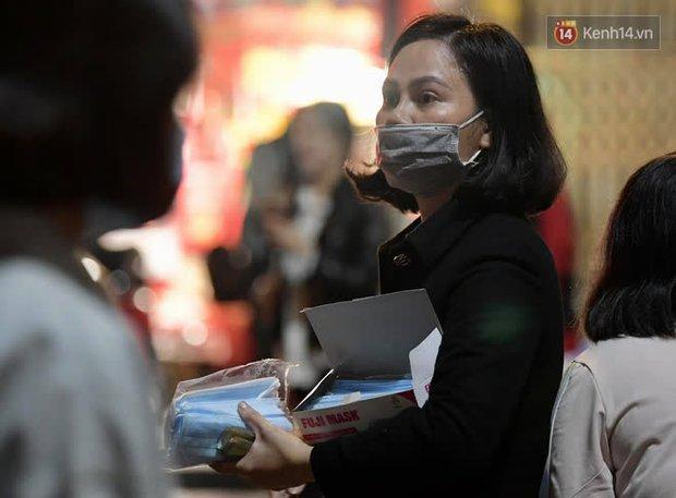 Hà Nội: Công an lập chốt yêu cầu người dân đeo khẩu trang khi vào khu vực Nhà thờ Lớn - Ảnh 7.