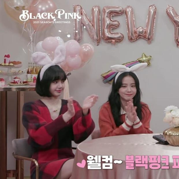 Style đón Giáng sinh đơn giản mà xinh xắn của sao Hàn, các nàng học được khối chiêu mặc đẹp đi chơi lễ - Ảnh 1.