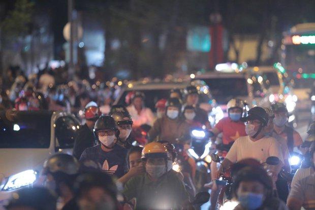 Chùm ảnh: Người dân đổ ra đường đón Giáng sinh, tình trạng ùn tắc kéo dài, nhiều phương tiện di chuyển khó khăn - Ảnh 12.