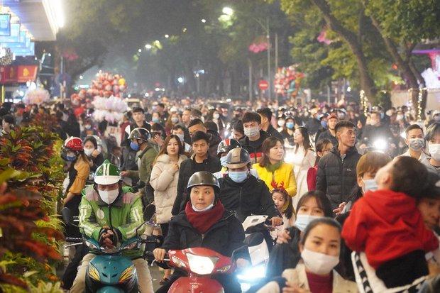 Chùm ảnh: Người dân đổ ra đường đón Giáng sinh, tình trạng ùn tắc kéo dài, nhiều phương tiện di chuyển khó khăn - Ảnh 5.