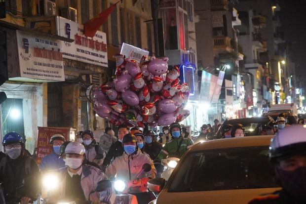 Chùm ảnh: Người dân đổ ra đường đón Giáng sinh, tình trạng ùn tắc kéo dài, nhiều phương tiện di chuyển khó khăn - Ảnh 2.