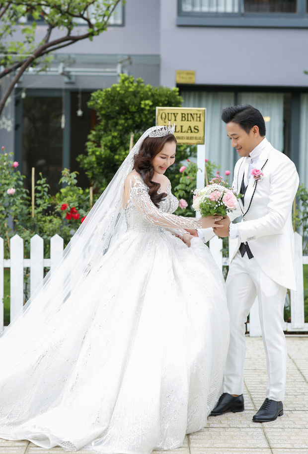 """Đám cưới Quý Bình và vợ doanh nhân ở Phú Quốc: Chú rể lái siêu xe đón bà xã, """"quẩy"""" hết mình tại địa điểm tổ chức đặc biệt - Ảnh 7."""