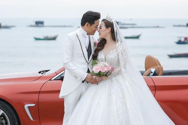 """Đám cưới Quý Bình và vợ doanh nhân ở Phú Quốc: Chú rể lái siêu xe đón bà xã, """"quẩy"""" hết mình tại địa điểm tổ chức đặc biệt - Ảnh 10."""