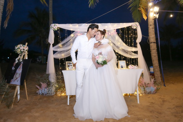 """Đám cưới Quý Bình và vợ doanh nhân ở Phú Quốc: Chú rể lái siêu xe đón bà xã, """"quẩy"""" hết mình tại địa điểm tổ chức đặc biệt - Ảnh 15."""