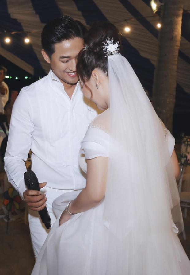 """Đám cưới Quý Bình và vợ doanh nhân ở Phú Quốc: Chú rể lái siêu xe đón bà xã, """"quẩy"""" hết mình tại địa điểm tổ chức đặc biệt - Ảnh 11."""
