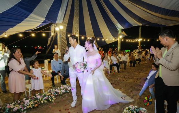 """Đám cưới Quý Bình và vợ doanh nhân ở Phú Quốc: Chú rể lái siêu xe đón bà xã, """"quẩy"""" hết mình tại địa điểm tổ chức đặc biệt - Ảnh 14."""