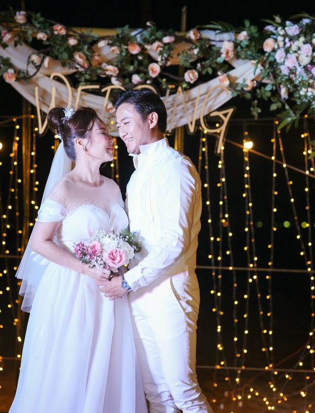 """Đám cưới Quý Bình và vợ doanh nhân ở Phú Quốc: Chú rể lái siêu xe đón bà xã, """"quẩy"""" hết mình tại địa điểm tổ chức đặc biệt - Ảnh 12."""