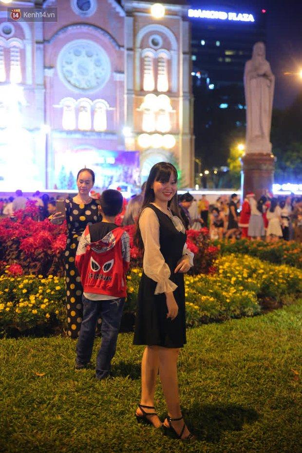 4 nhà thờ nức tiếng Sài Gòn đông nghẹt người đêm Noel, bà bán nước cũng lắc đầu: Nhìn vậy chứ bán chẳng được bao nhiêu, bọn nó lo ôm nhau cả rồi! - Ảnh 4.