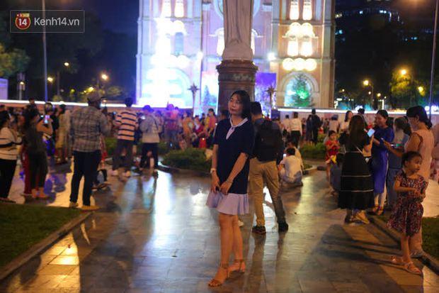 4 nhà thờ nức tiếng Sài Gòn đông nghẹt người đêm Noel, bà bán nước cũng lắc đầu: Nhìn vậy chứ bán chẳng được bao nhiêu, bọn nó lo ôm nhau cả rồi! - Ảnh 3.